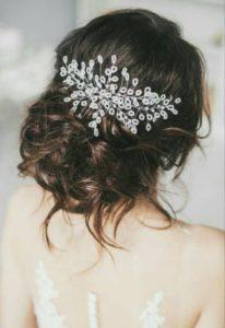 Красиво булчинско гребенче за коса в пусната коса