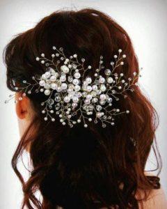 Ръчно изработено булчинско грбеенче за коса с кристали и перли в пусната коса